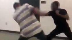 Un professeur se bat avec son étudiant arrivé en retard