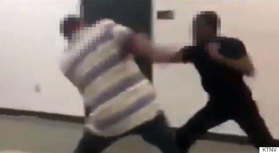 Un professeur se bat avec un élève arrivé en retard à son cours