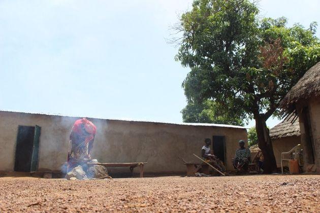 Cira s'occupe des corvées ménagères au petit matin avant de partir travailler sur un champ aurifère des