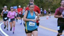 Elle tire son lait pendant un demi-marathon, la photo devient