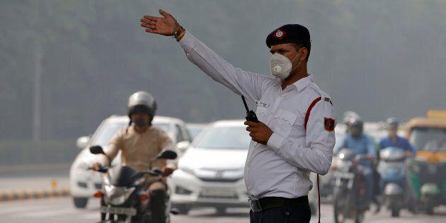 Un policier dirige le trafic dans une rue de New