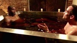 Il donne une entrevue dans un bain de vin rouge et c'est