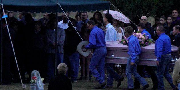 Les cercueils de Richard et Therese Rodriguez arrivant hier au cimetière après que mari et femme fut...