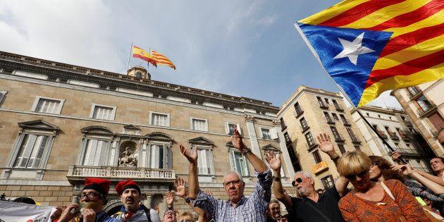 Il est important de constater que contrairement à la mouvance souverainiste catalane qui se veut démocrate et pacifiste, la mouvance unioniste espagnole exhibe sans gêne des symboles, des chants ou des gestes issus du régime de Franco.