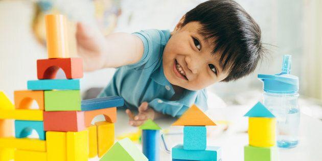 C'est paradoxal que plus les enfants ont des jouets, plus ils comptent sur une intervention extérieure pour échapper aux sentiments d'ennui et d'anxiété.