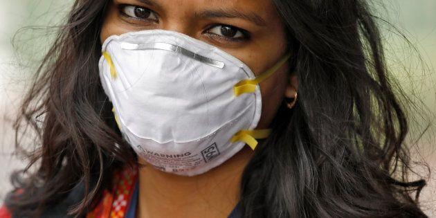Une femme porte un masque antipollution à New Delhi, en