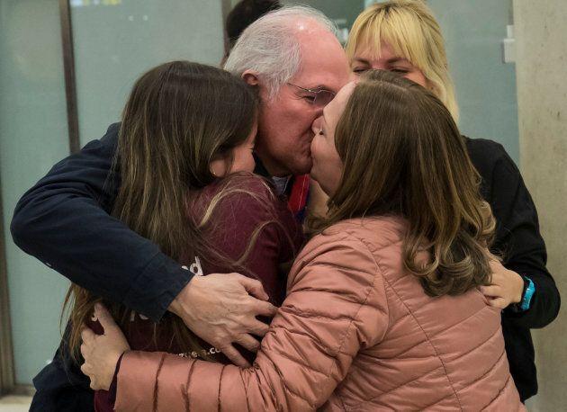 Antonio Ledezma embrasse sa femme et sa fille à son arrivée en