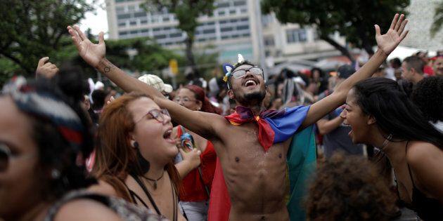 La parade de la fierté gaie de Rio brave la vague