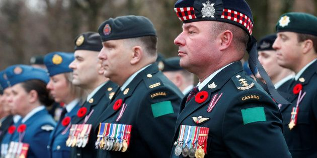 Le personnel militaire canadien déployé en Lettonie en mission pour l'OTAN ont participé à une commémoration...