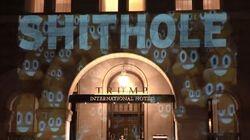 «Shithole» projeté sur la façade de l'hôtel de Trump à