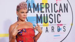 Pink vole dans les airs accompagnée de danseurs aux American Music