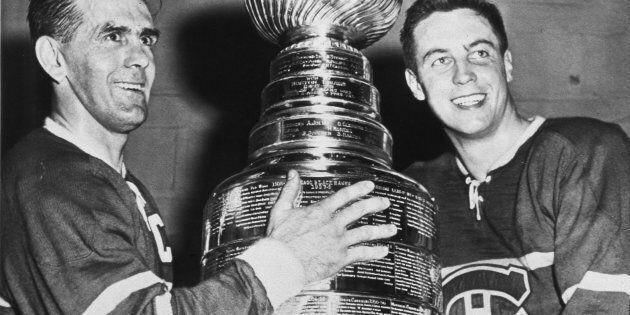 Maurice Richard et Jean Béliveau célèbrent la victoire de la coupe Stanley contre les Bruins de Boston,...