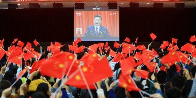 Des étudiants regardent l'ouverture du 19e congrès national du Parti communiste chinois, 18 octobre