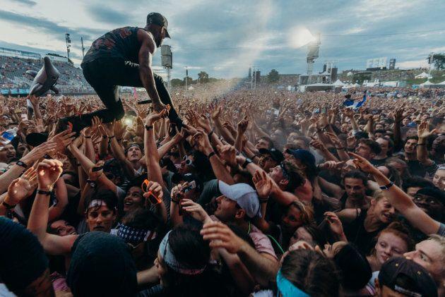 À force de le faire à chaque spectacle, il peut prendre marcher sur la foule!