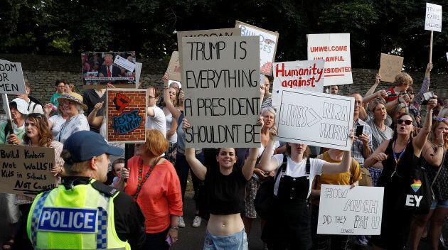 Plusieurs personnes manifestent à Londres depuis l'arrivée du président