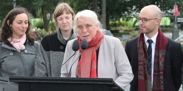 Manon Massé était accompagnée des candidats Viviane Martinova-Croteau, Catherine Dorion et Sol Zanetti, tous des anciens d'Option nationale, pour son annonce sur l'indépendance.