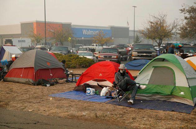 Des gens fuyant le Camp Fire ont établi un campement de fortune dans un stationnement de Walmart,