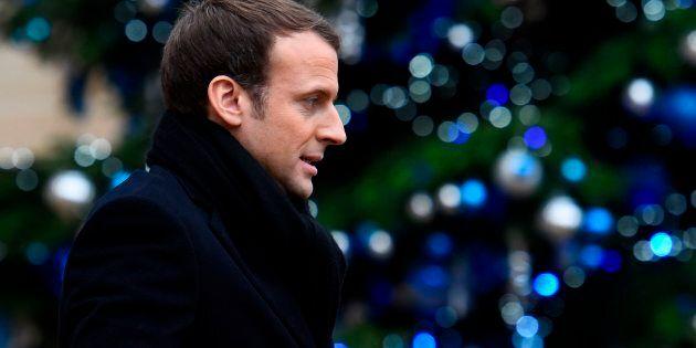 France: Macron répond aux «esprits chagrins» qui critiquent son séjour «royal» à
