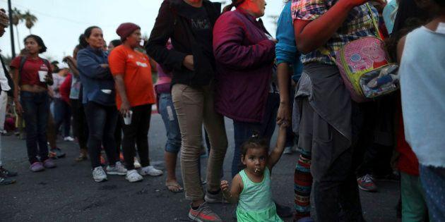 Une caravane de migrants en provenance de l'Amérique centrale tentent de rejoindre la frontière américaine...