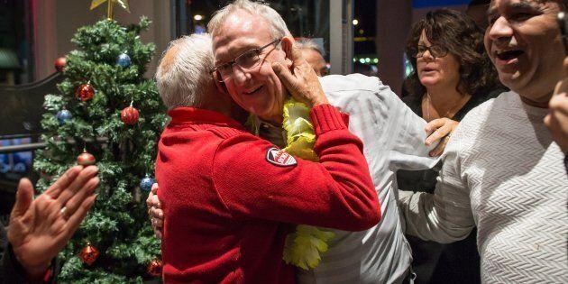 Le libéral Gordon Hogg est félicité après sa victoire dans Surrey-Sud–White