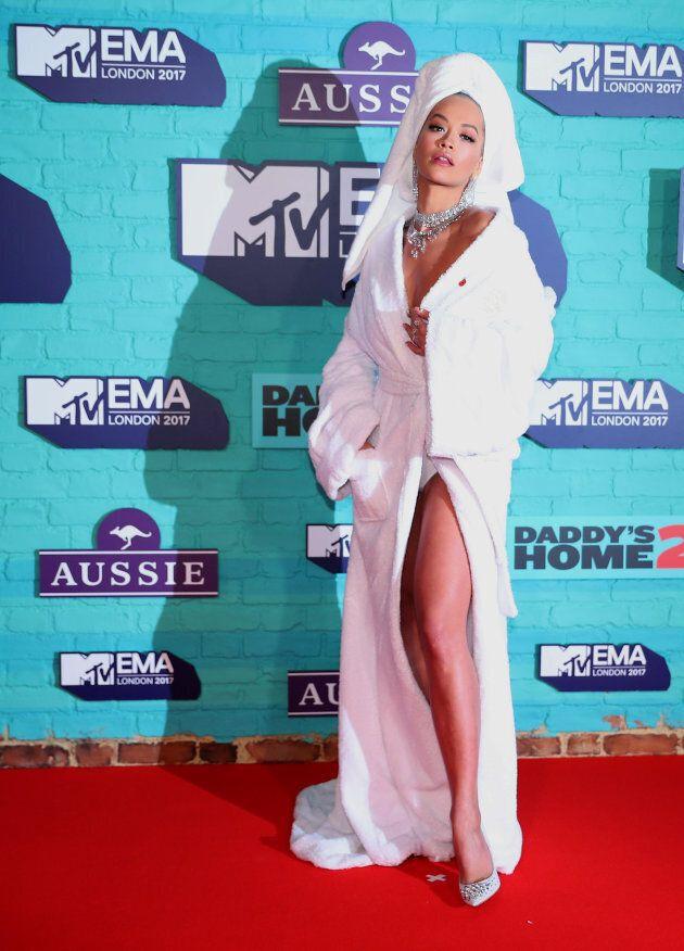 Rita Ora en peignoir sur le tapis rouge des MTV Europe Music en novembre