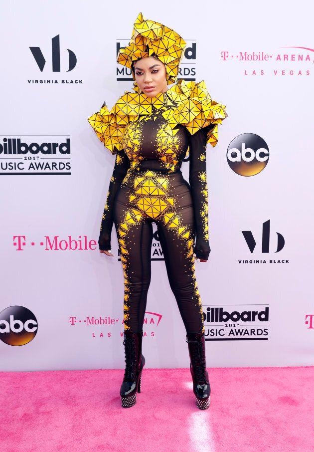 Dencia a opté pour une tenue très cubique pour la cérémonie de Billboard Music