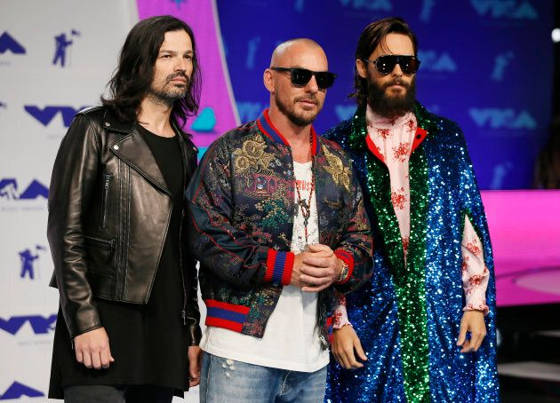 Le manteau multicolore de Jared Leto, chanteur du groupe 30 Seconds to Mars, au Video Music