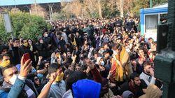 Des manifestants scandent des slogans antigouvernementaux à