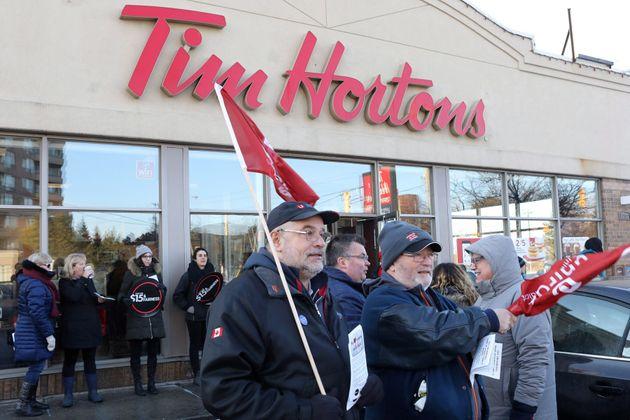 Des membres de la Fédération du travail de l'Ontario manisfestaient devant une franchise de Tim Hortons...