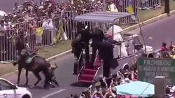 Une policière tombe de cheval, le pape descend de sa