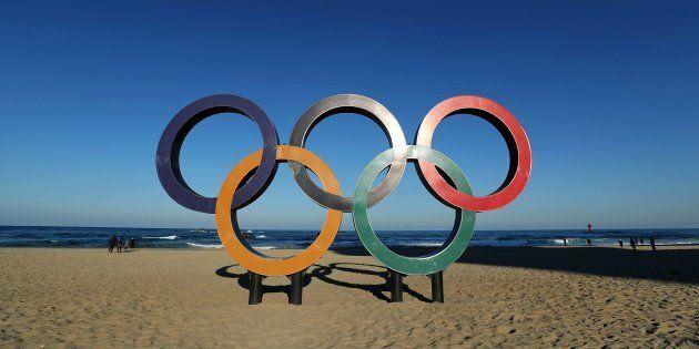 Les anneaux olympiques sur la plage de