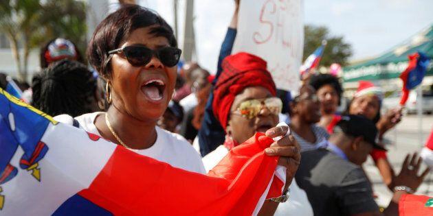 Des Haïtiens manifestent contre Trump devant l'ambassade des États