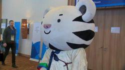 La mascotte des Jeux olympiques tombe et n'arrive pas à se