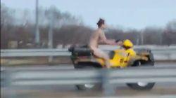 Il s'enfuit de la police... complètement nu sur un