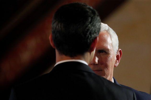 Mike Pence conversa con Juan Guaidó, durante un encuentro del Grupo de Lima celebrado el 25 de...
