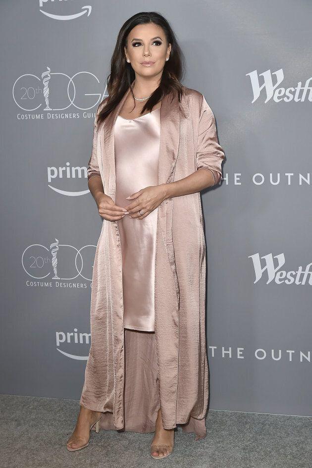Eva Longoria magnifique enceinte sur le tapis rouge des Costume Designers Guild