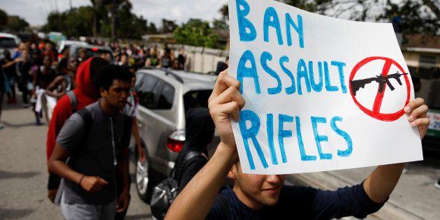 Des élèves de Floride manifestent pour un meilleur contrôle des armes. 21 février