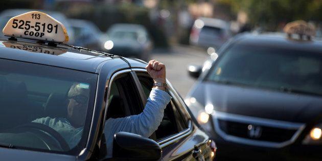 Des chauffeurs de taxi manifestent contre Uber à Montréal, le 5 octobre 2016. REUTERS/Christinne