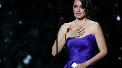 Penelope Cruz reçoit son César d'honneur des mains