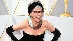56 ans plus tard, elle reporte la même robe aux