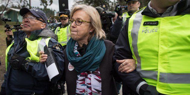 Elizabeth May est arrêtée lors d'une manifestation contre Trans