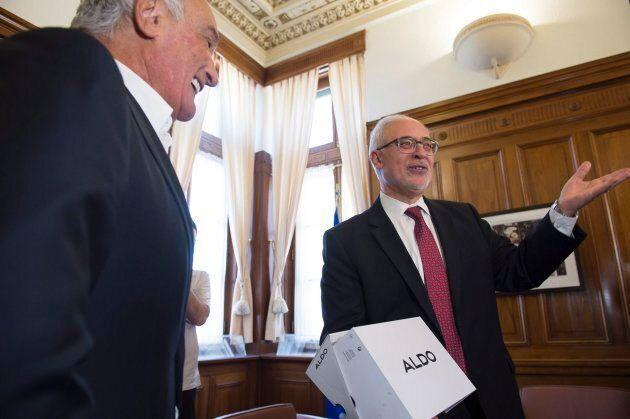 Le ministre des Finances du Québec Carlos Leitao tient ses nouveaux souliers livrés par Aldo Bensadoun, pdg du Groupe ALDO, à la veille de son budget 2018.