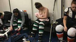 Cette joueuse de hockey prouve qu'on peut allaiter n'importe