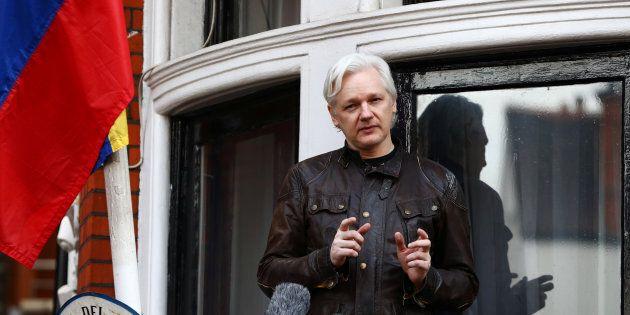 Photo d'archives de Julian Assange sur la balcon de l'ambassade de l'Équateur, à