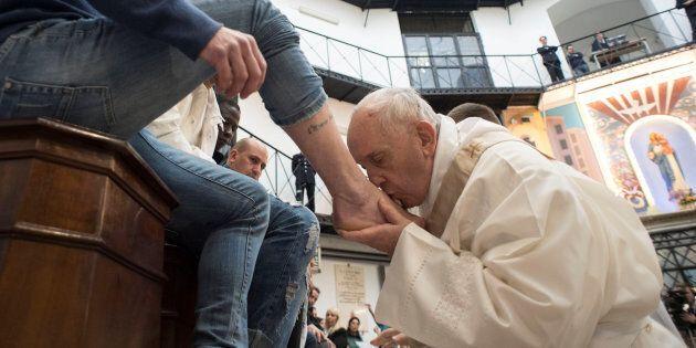 Le pape lave les pieds de détenus non catholiques et parle de sa