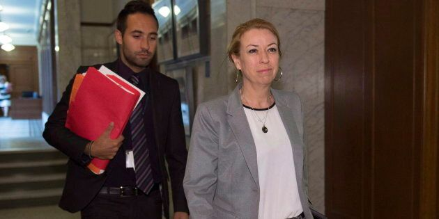 La ministre Dominique Vien, à droite, suivie de son attaché de presse Florent Tanlet.