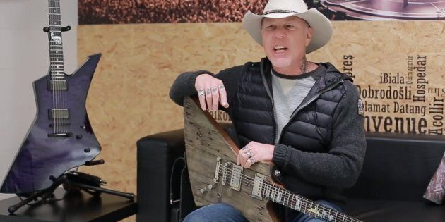 La nouvelle guitare de James Hetfield de Metallica faite du bois d'un garage