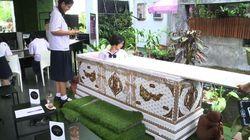 Un café où des cercueils remplacent les