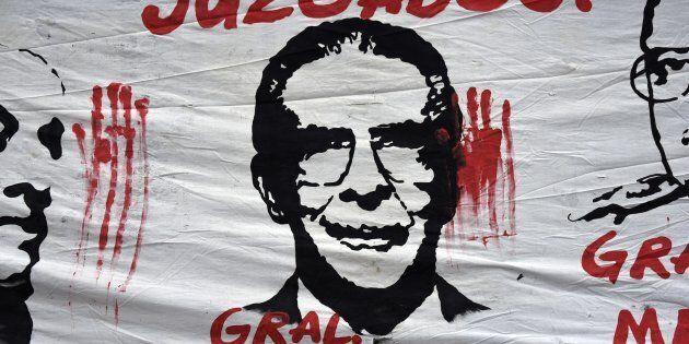 En mai 2013, Rios Montt fut condamné à 50 ans de prison pour génocide contre le peuple maya ixil et à 30 ans pour crimes contre l'humanité.