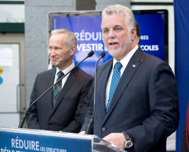 Le premier ministre Philippe Couillard aux côtés de son député David